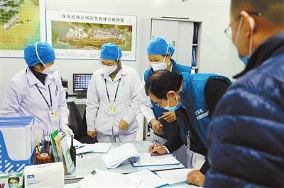 1号公告发布后,珠海市高速公路、机场、居民小区第一时间加强疫情防控重要路口24小时防控检查